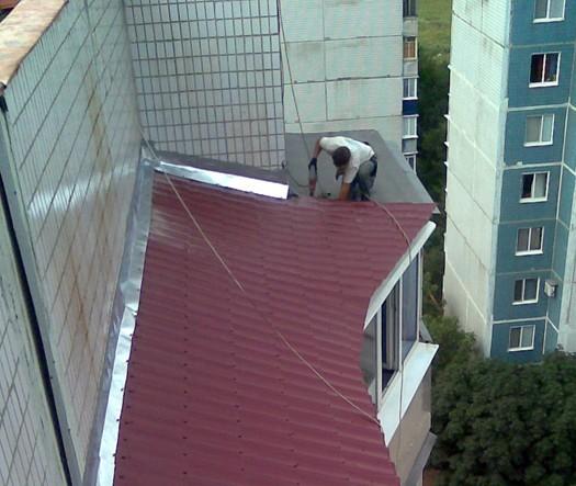protekaet-krysha-balkona