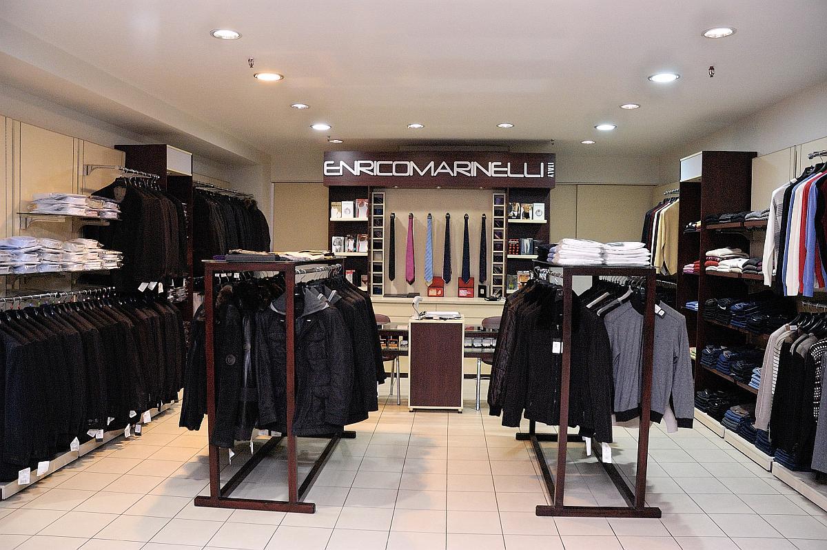 0776d94867f97 На наших фото Вы увидите много эффективных решений, которые могут  применяться при создании дизайна магазина одежды для мужчин.