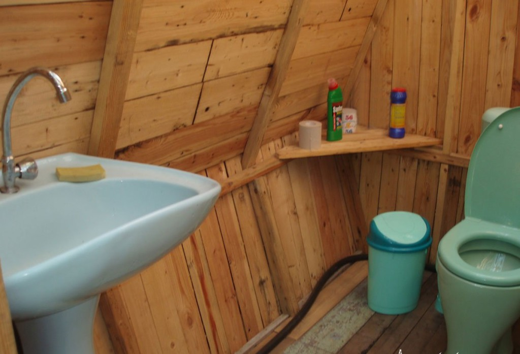 big_rakovina-dachnyi-tualet-s-prozrachnoi-kryshei-svoimi-rukami-5