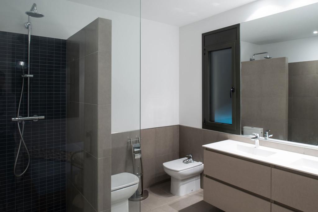 interyer-malenkoy-vanny-s-tualetom-24
