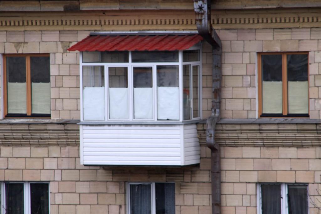 Балкон под крышей, застеклен металлопластиком и обшит сайдингом