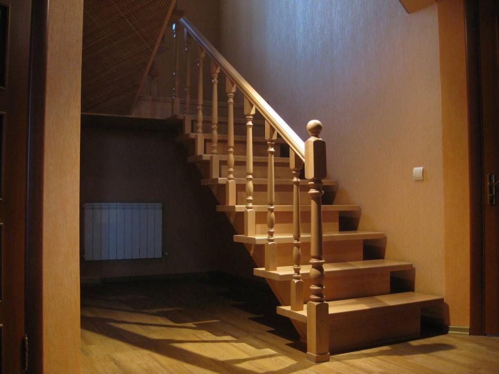 Деревянная-лестница-на-второй-этаж-1