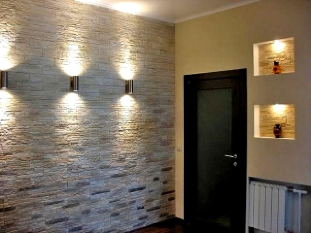 Отделка стен декоративным камнем отлично сочетается с обоями.