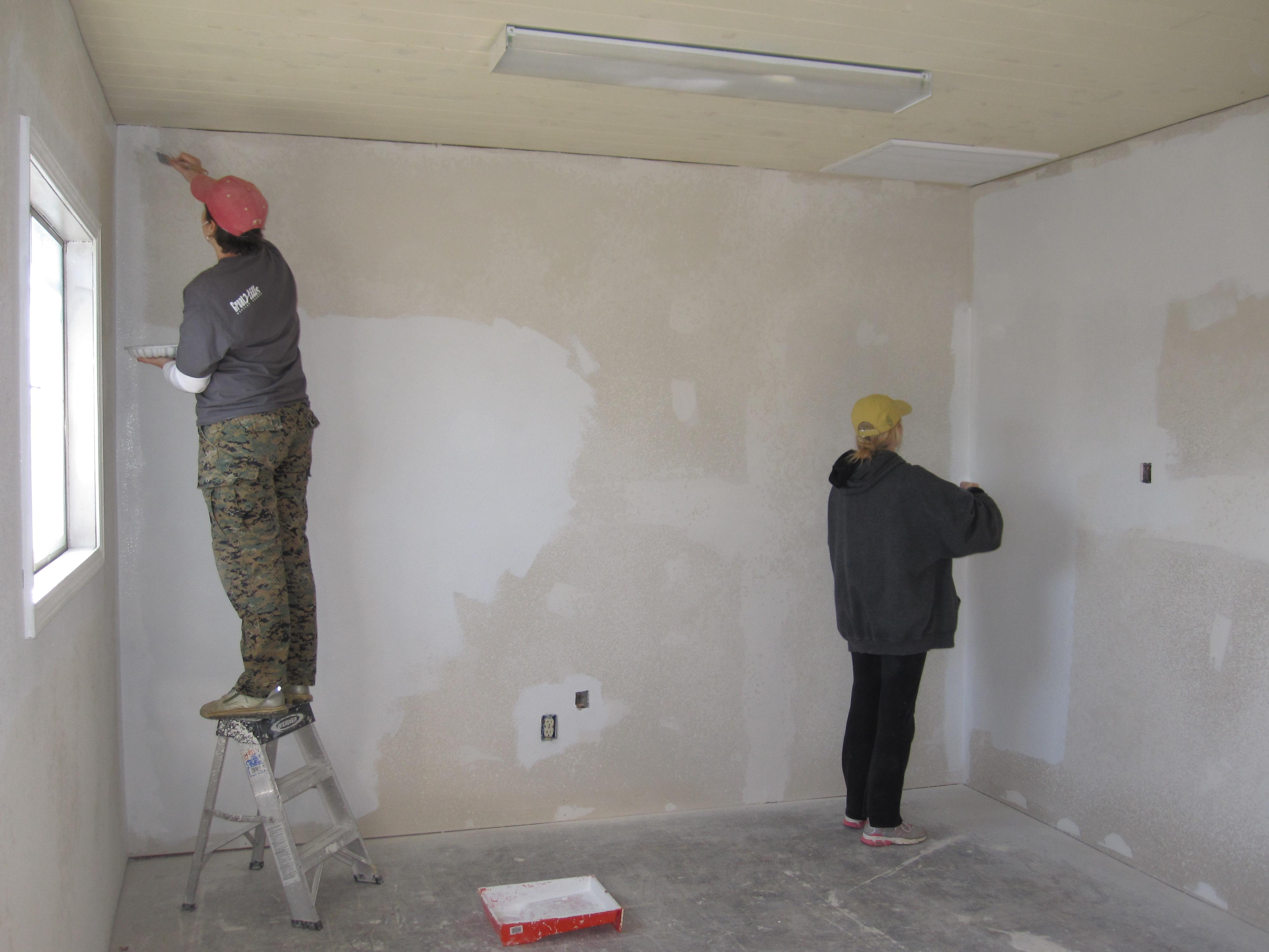 Поклейка обоев после нанесения шпатлевки фирма бетоноконтакт