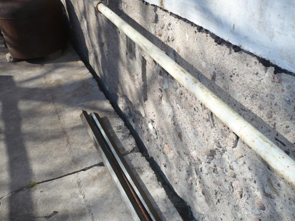 treshchiny-v-stenah-doma-iz-shlakobloka-ukrepleniye-fundamenta-remont-otmostki-p1050152