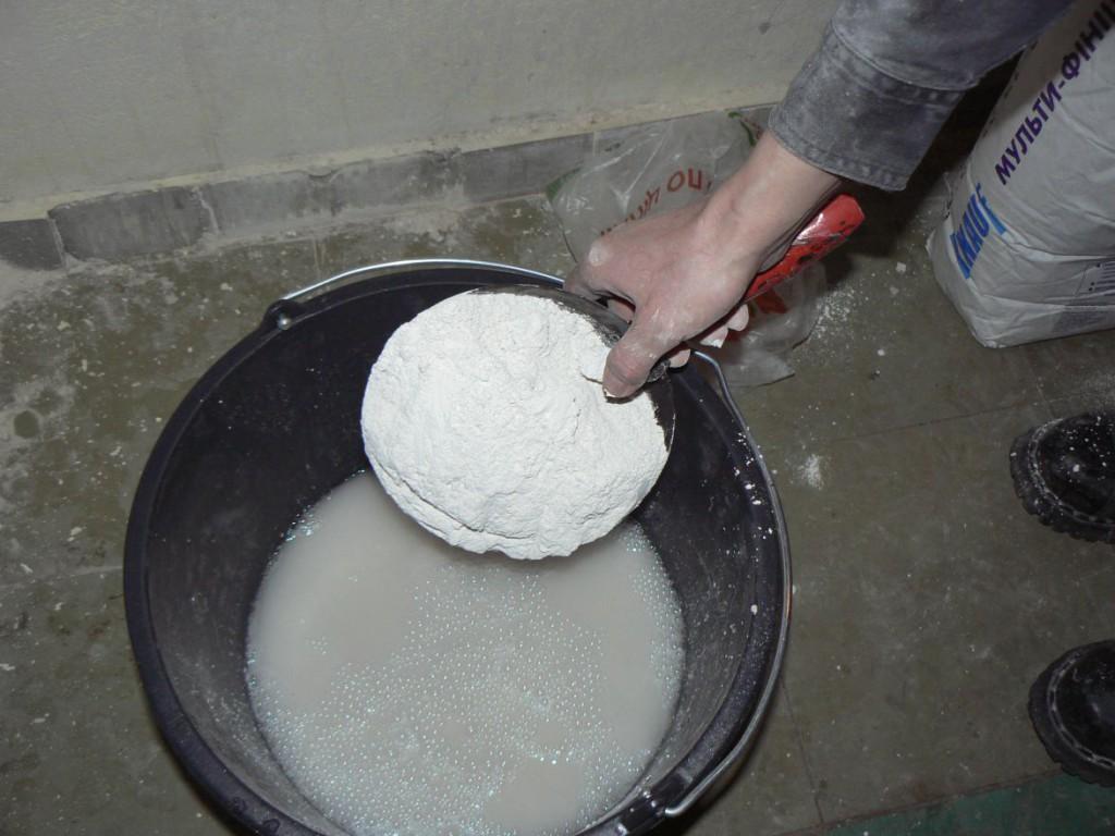 suhaya-smes-zasypaetsya-v-vedro-s-vodoy