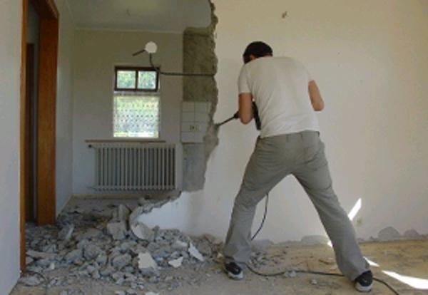 demontag-betonih-peregorodok-slom-panelnoi-steni