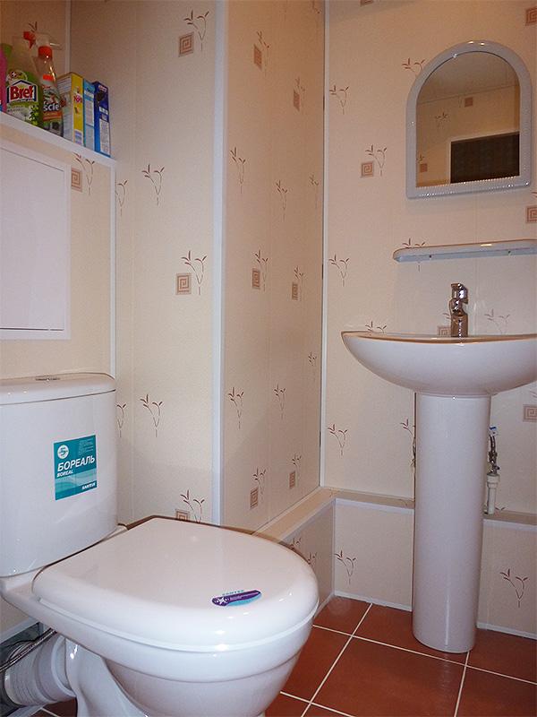 emont-tualeta-otdelka-plastikovymi-panelyami-1