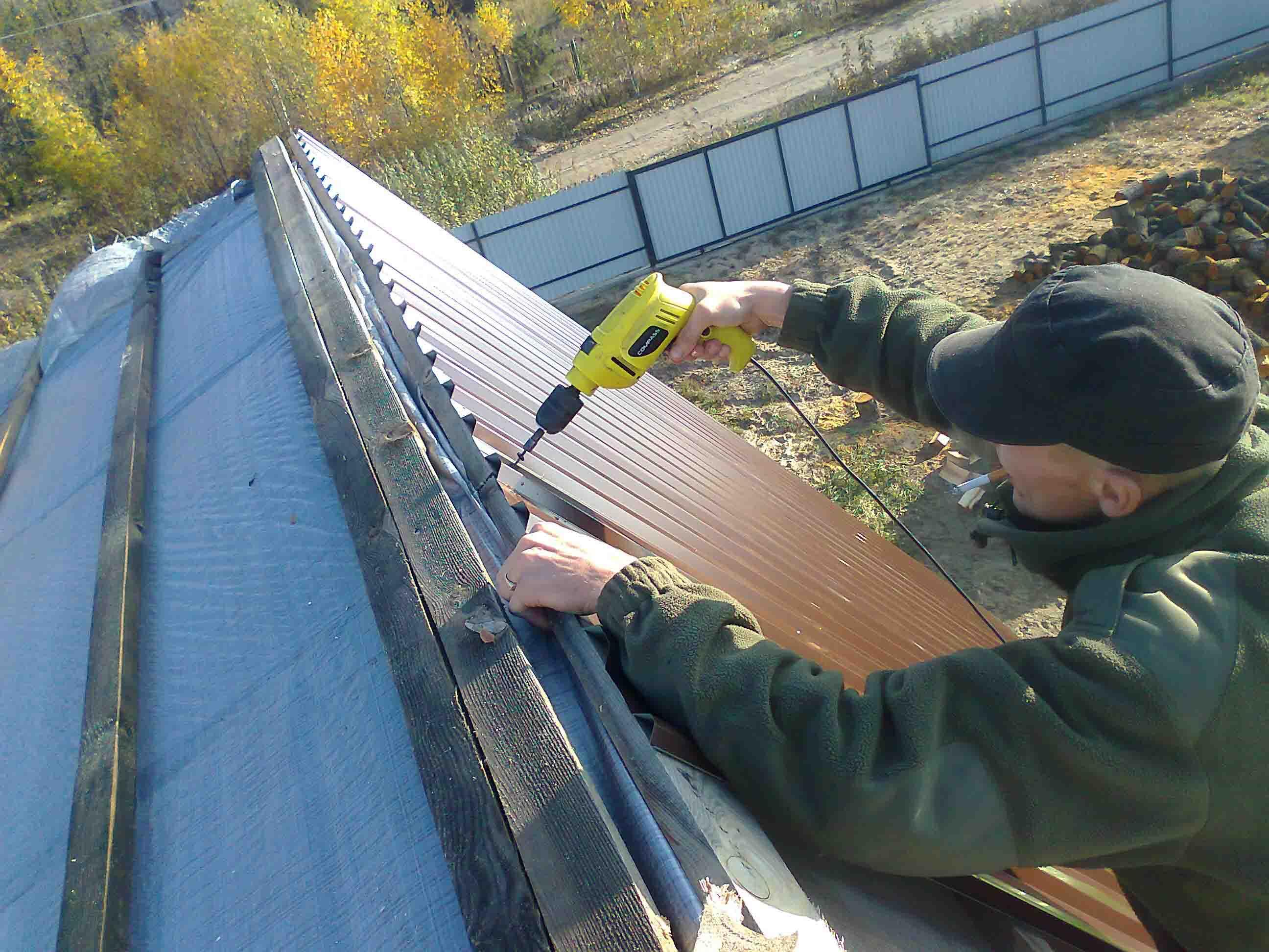 Как правильно покрыть крышу профнастилом своими руками 72
