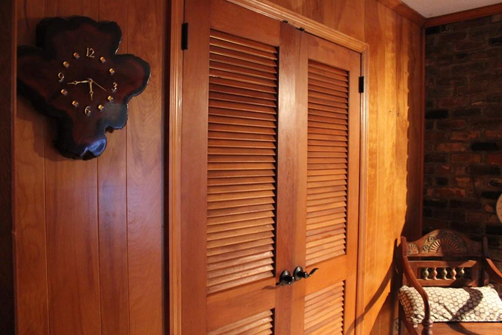 Foto-4-Zhaljuzijnye-dveri-vypolnennye-iz-naturalnogo-dereva