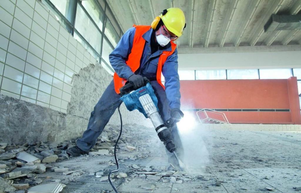 na-foto-pokazan-demontazh-betonnogo-pola-betonnogo-pola