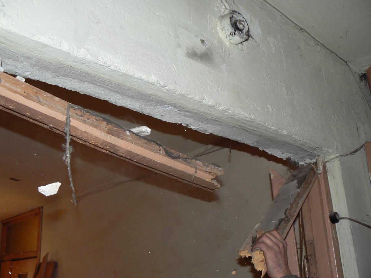 Плесень в углу комнаты в новом доме