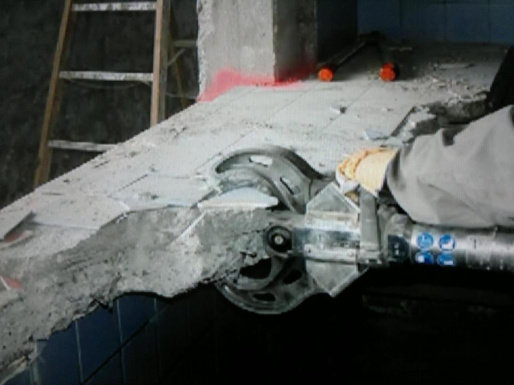 сломать стену из бетона