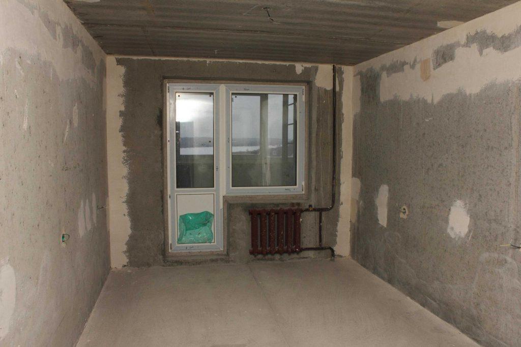 dlya-rovnyh-betonnyh-steny-dostatochno-odnogo-dvuh-tonkih-sloev-shtukaturki
